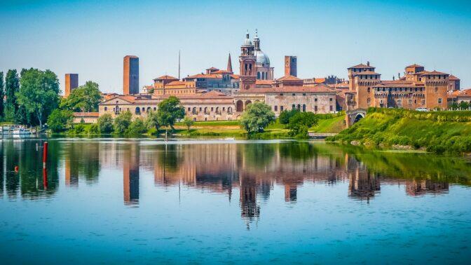 Mantova (Unesco): navigazione tra fiori di loto e ninfee